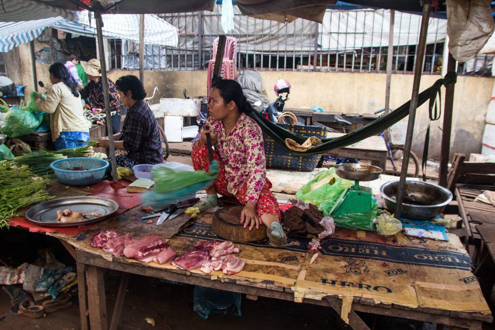 Stánek s čerstvým masem na trhu