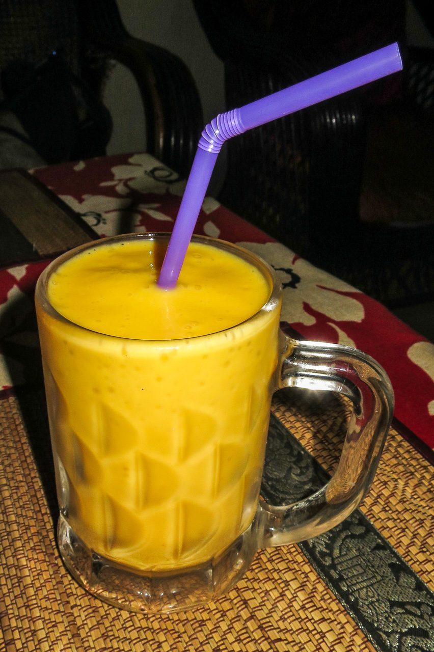 Mangový shake v turistické restauraci v Phnom Penhu, cena 4000