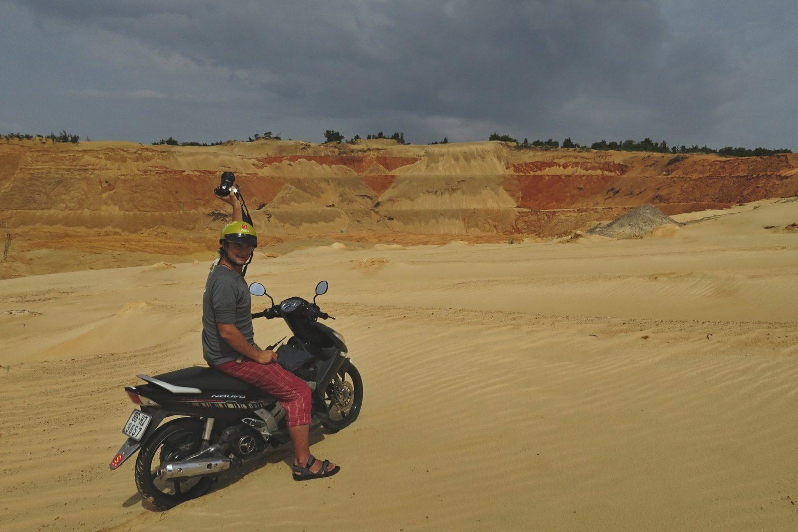 Petík si na motorce dojede pro fotku na čím dál tím šílenější místa (Vietnam)