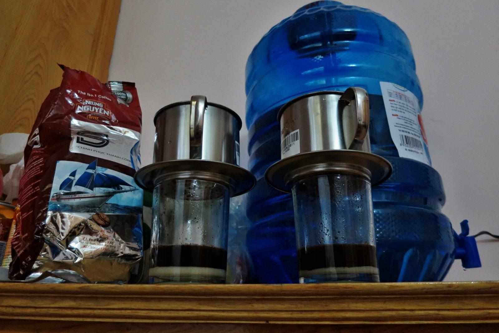 Příprava vietnamské kávy v domácích (hotelových) podmínkách chtěla trochu cviku, ale už to vypadá jako z restaurace