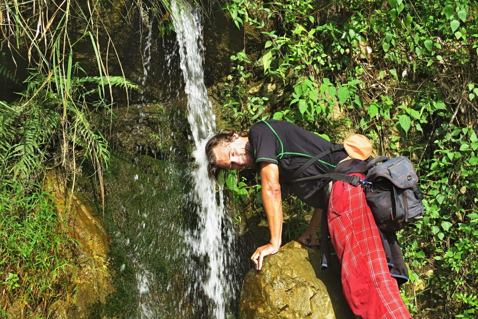 Když je vedro a nejde skočit někam do vody celý, je fajn si zchladit aspoň hlavu (Vietnam)