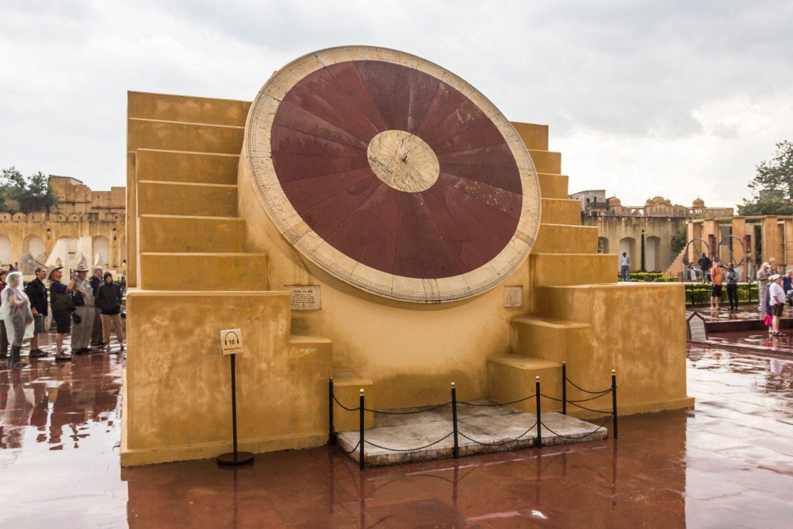 Nadi Valaya Yantra – dvojice slunečních hodin, každá z opačné strany stavby, jedna reprezentuje severní a druhá jižní polokouli. Odchylka měření těchto hodin je menší než jedna minuta.