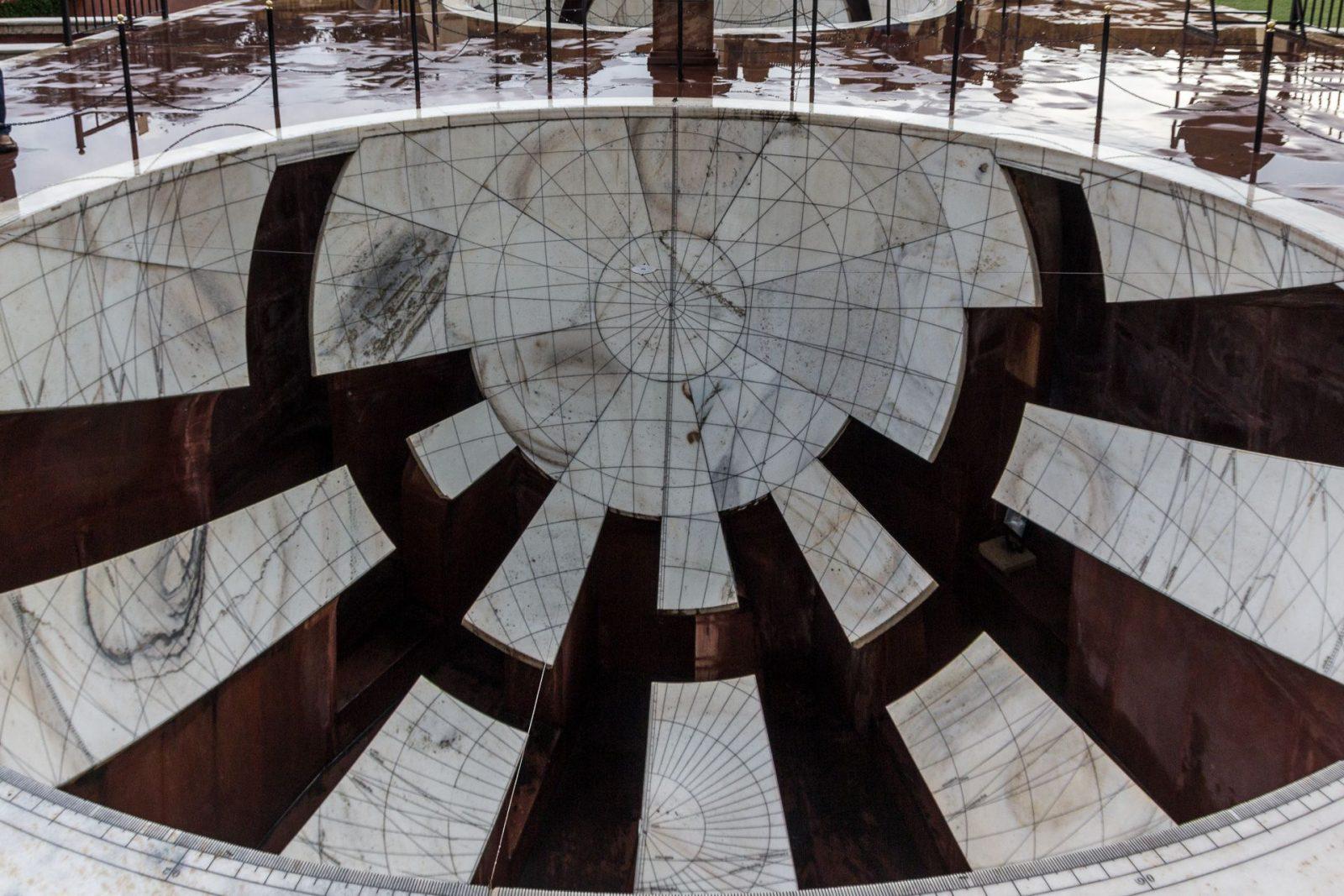 """Jai Prakash Yantra – dvojice slunečních hodin miskovitého tvaru, které zobrazují převrácený obraz oblohy a umožňují pozorovateli pohybovat se """"uvnitř"""" zařízení, slouží k měření výšek, úhlů a postavení těles v konkrétním čase."""
