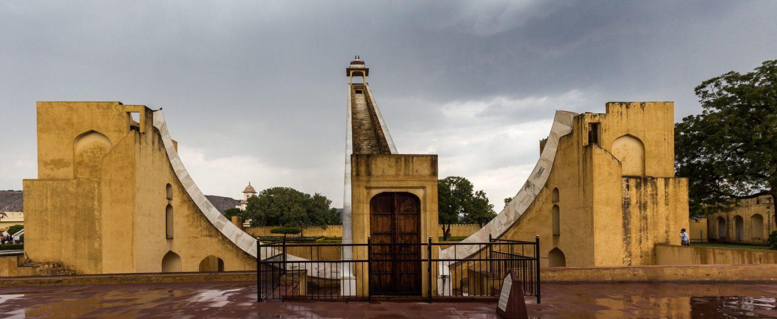 Vhirat Samrat Yantra – největší sluneční hodiny světa, které měří čas s přesností na 2 sekundy.
