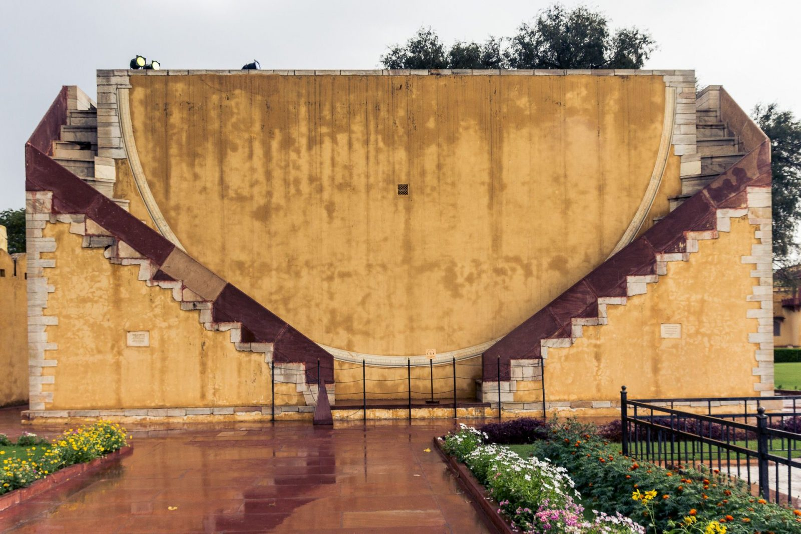Dakshin Bhitti Yantra – zeď postavená v severo-jižním směru, s jejíž pomocí je možné měřit a pozorovat dráhy nebeských tělěs při průchodu meridiánem (= oblouk klenoucí se nad hlavou porozujícího, vedoucí ze severu na jih).