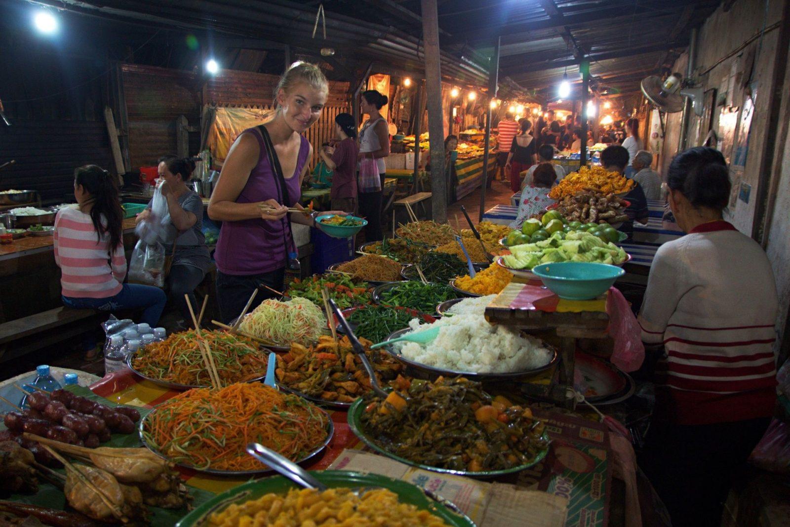 """Night market a """"sněz, co můžeš"""" večeře v laoském Luang Prabang"""
