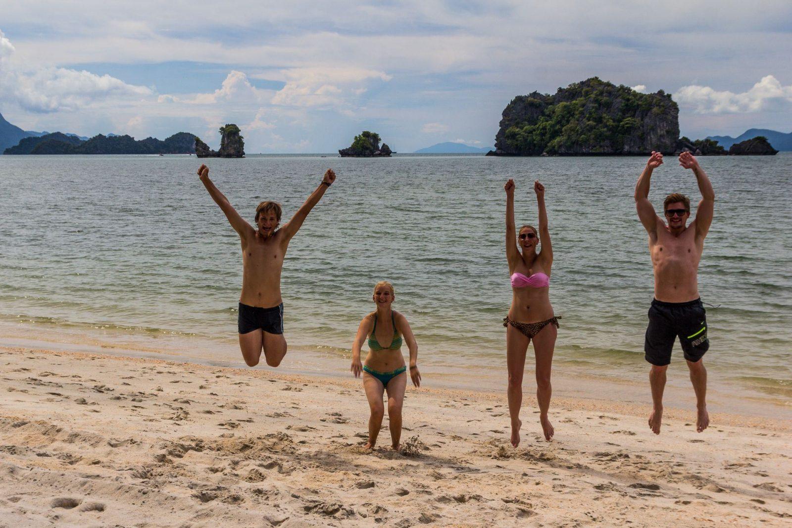 S Radkou a Filipem na nejkrásnější pláži ostrova - synchronizovat skok 4 lidí je ale nemožné:-)
