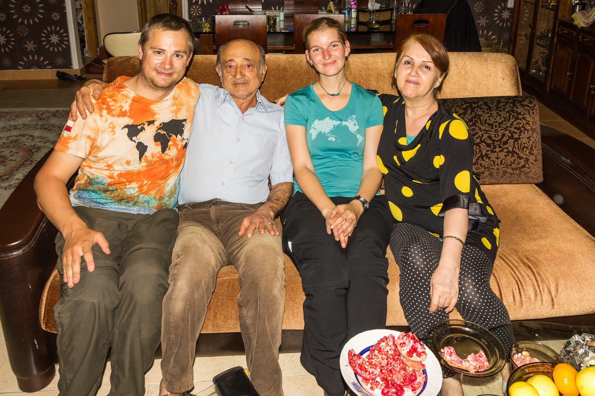 Naši zlatí adoptivní rodiče z Lahijanu a zpropadené granátové jablko