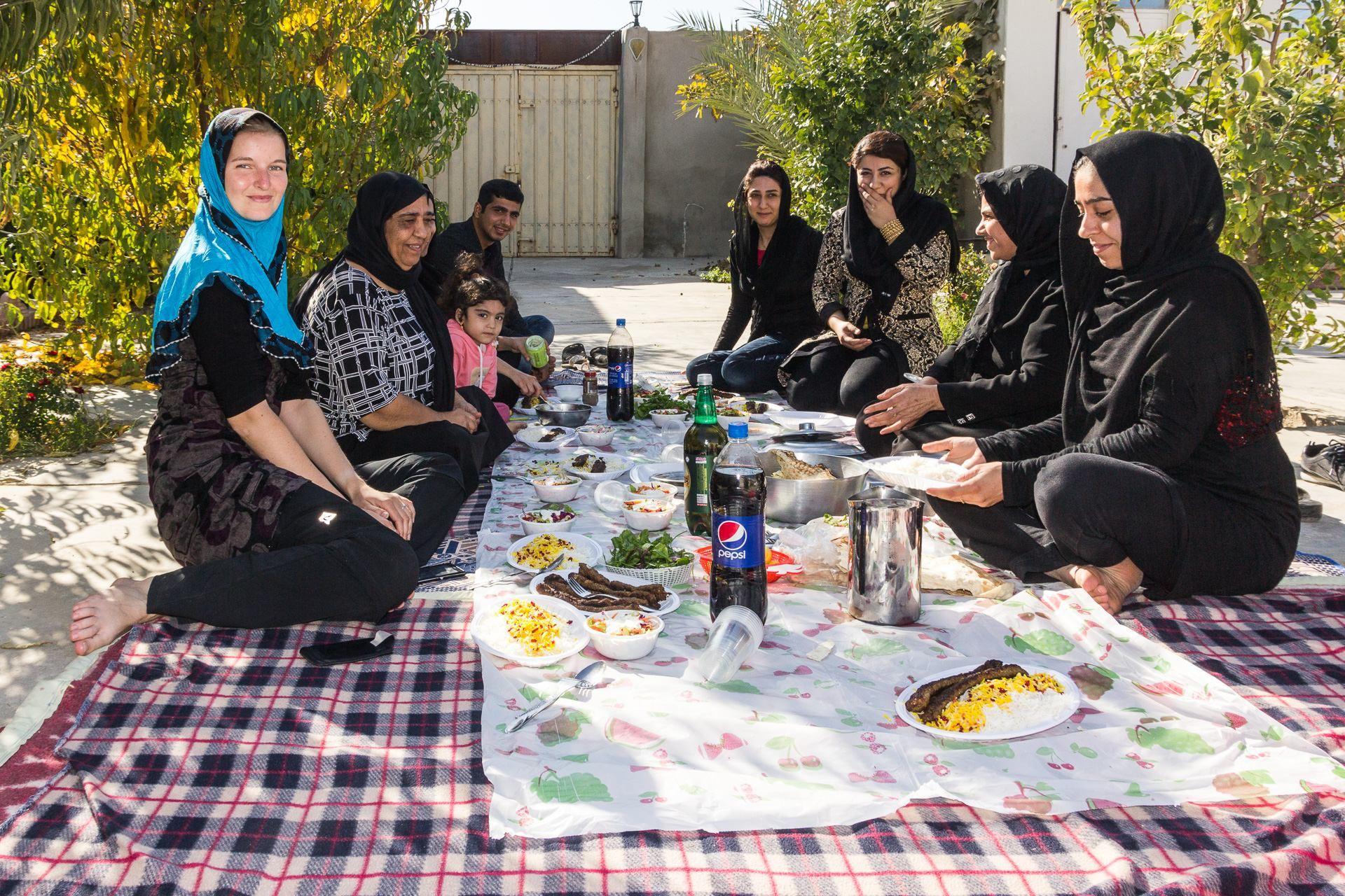 Venkovní piknik s Maiseho rodinou