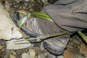 Trávou svázaná bota.