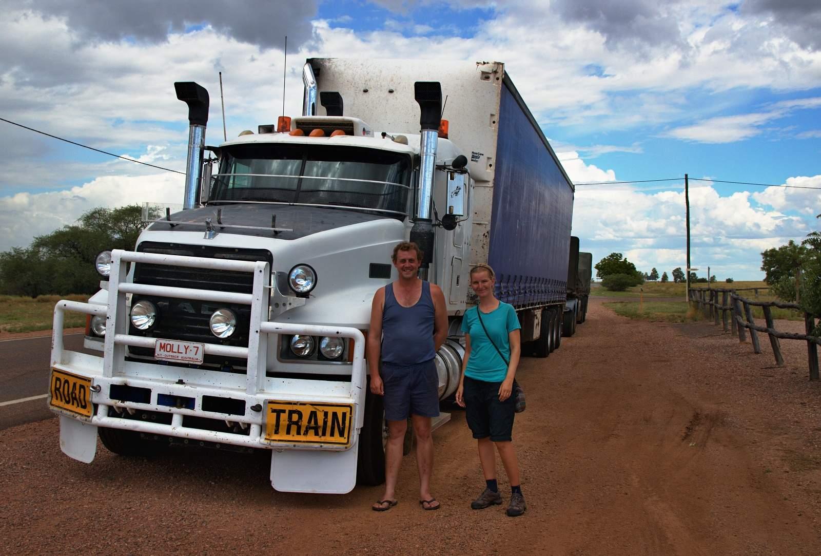 Stopnutý road train v australském Outbacku