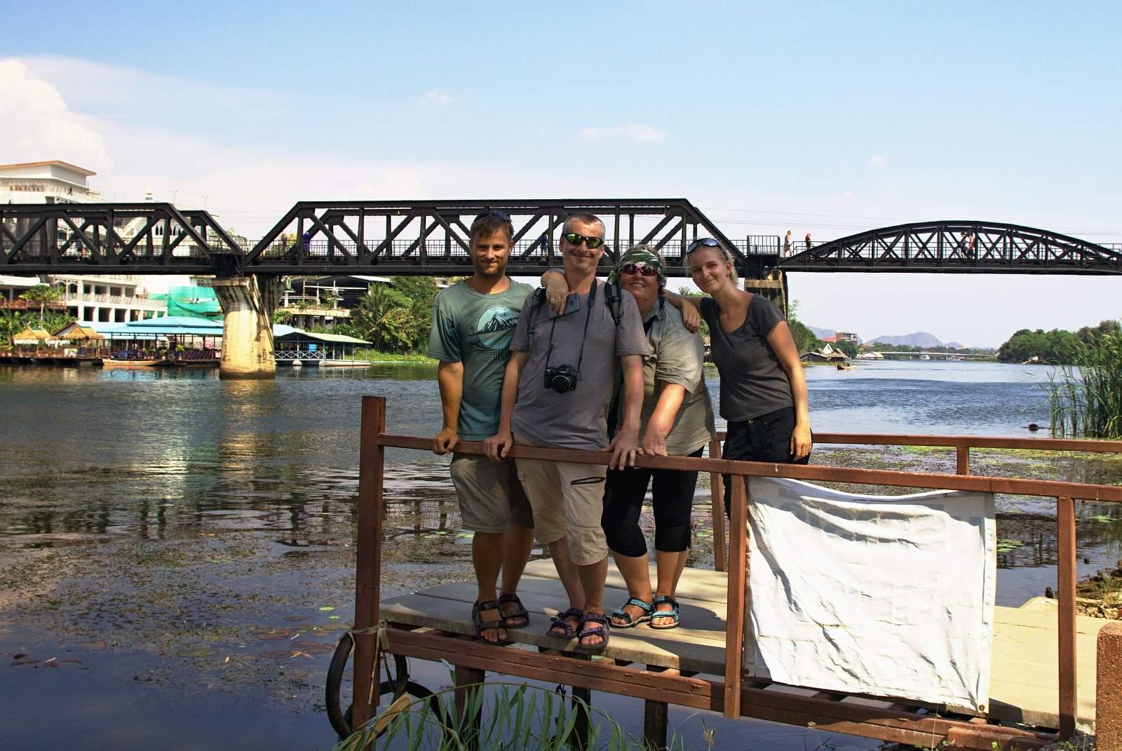 S rodiči u mostu přes řeku Kwai