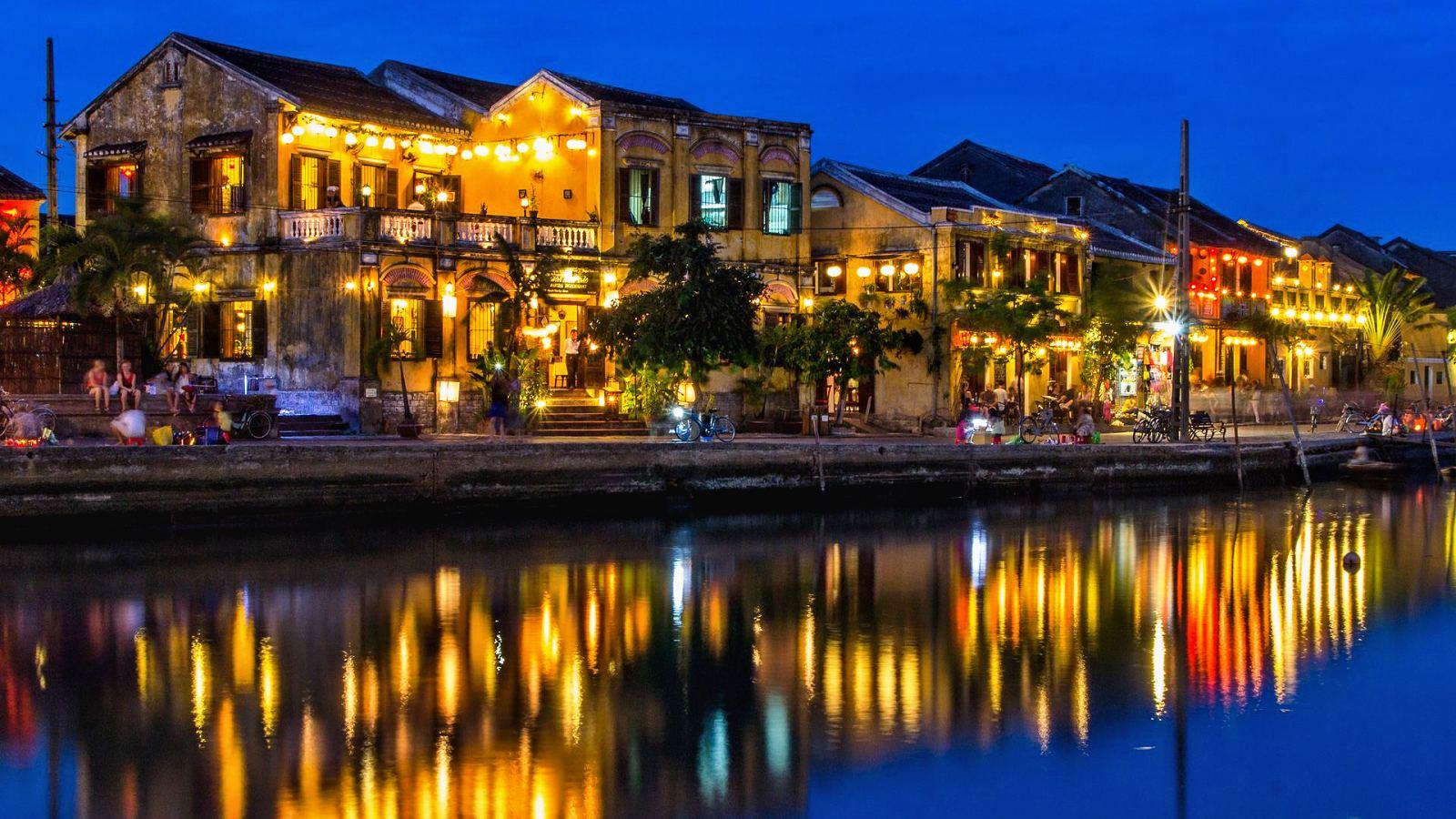 Vietnam 10 - Barevná světýlka v Hoi An a starověký My Son