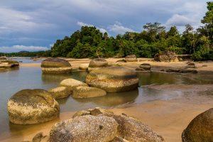 Zvláštní pláž mění barvy během roku a je plná balvanů, co vylézají za odlivu