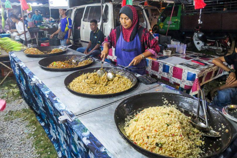 Plné woky na večerním trhu