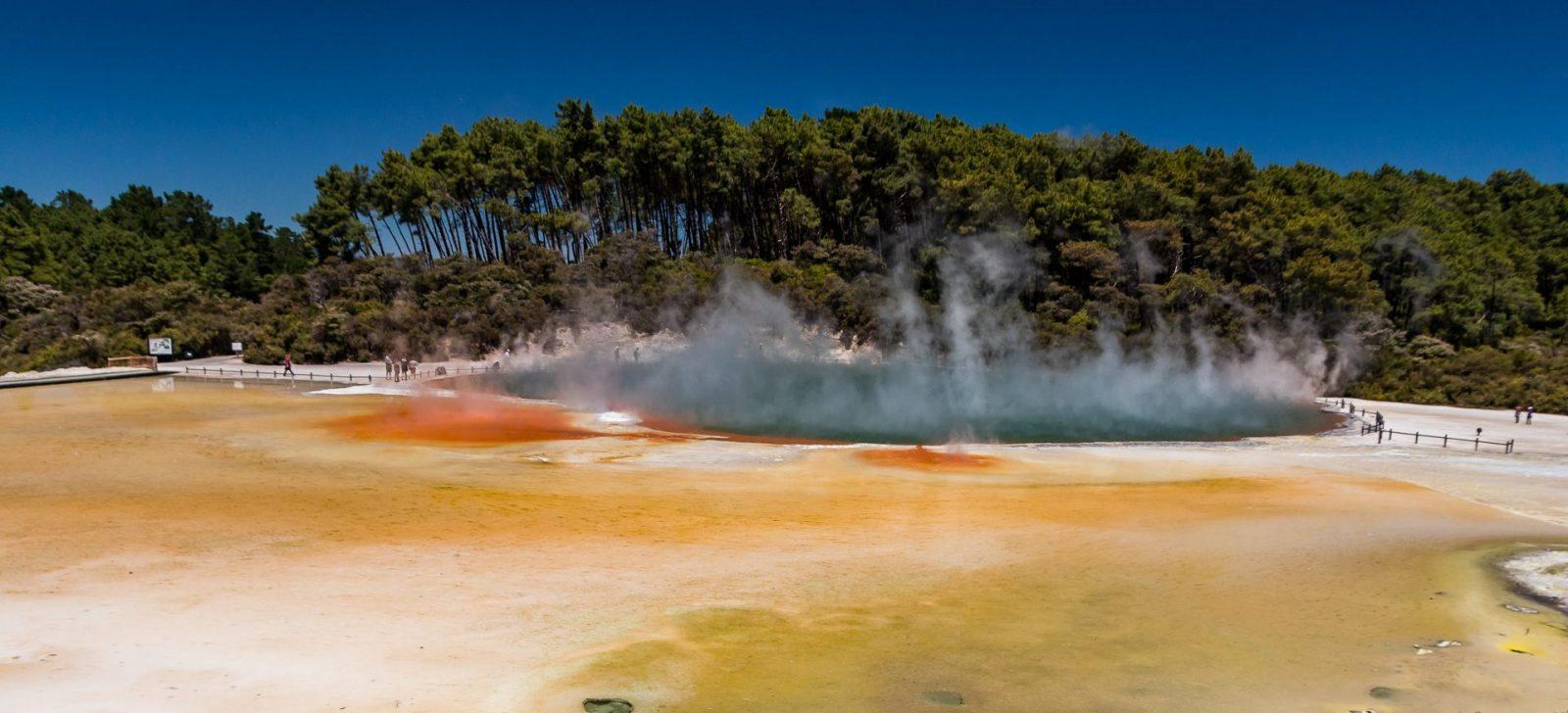 Malířova paleta v geotermálním parku Waiotapu - různá místa v parku Waiotapu hrají různými barvami, ale všemu jednoznačně vévodí Malířova paleta
