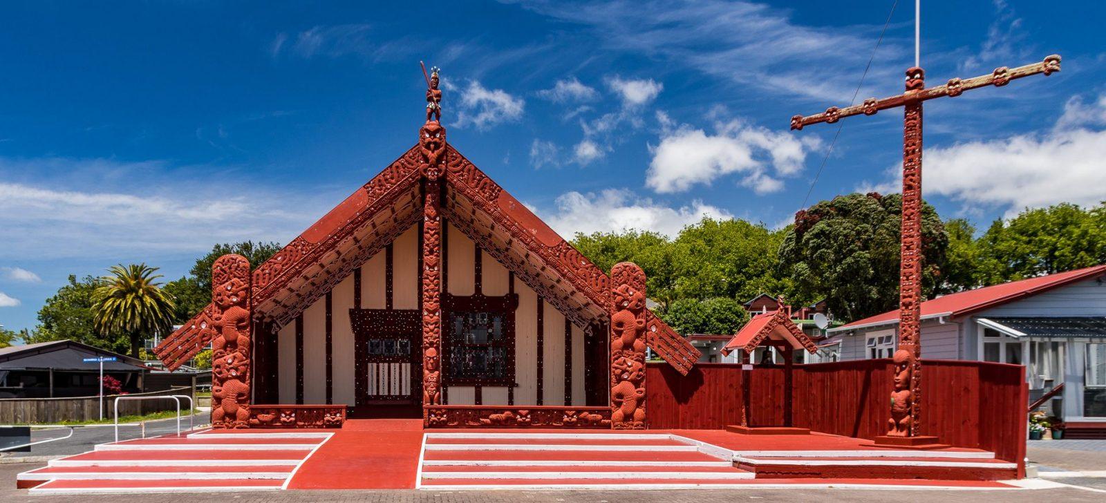 Každá pořádná maorská obec má svou společenskou síň, kde se komunita pravidelně setkává