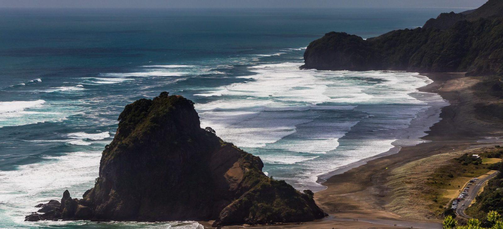 Hora uprostřed pláže Piha, Lion´s Rock prý připomíná ležícího lva se vztyčenou hlavou