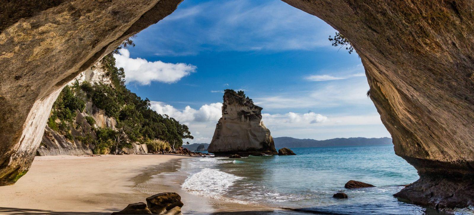 Známá pláž Cathedral Cove - pro fotku kamenného tunelu a nádherné pláže se skalními útvary bez davů si člověk musí hodně přivstat