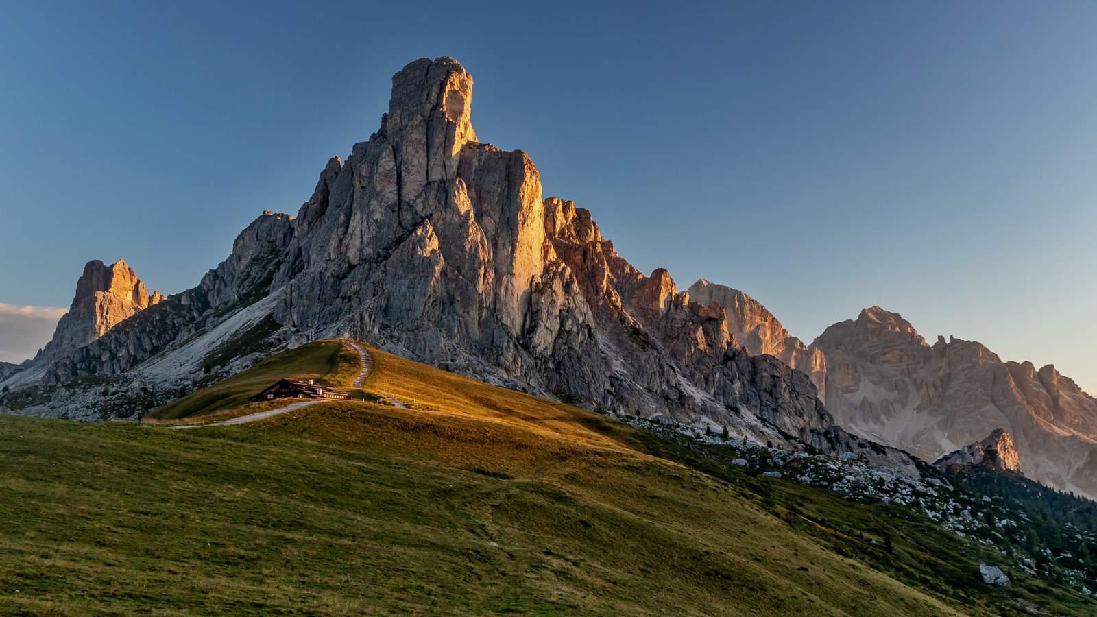 Horský půvab průsmyků Passo di Giau a Pordoi a rychlonávštěva Bolzana